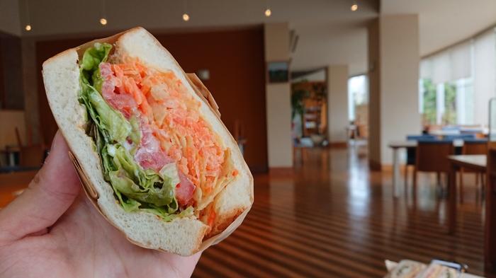 たっぷりの野菜が挟まったサンドイッチ