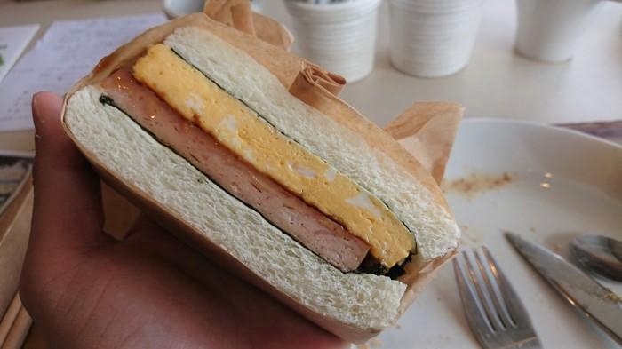玉子とランチョンミートが挟まったサンドイッチ