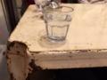 グラスと机