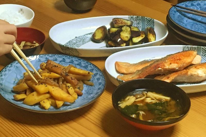 夕食献立,シャケのムニエル,お味噌汁,サツマイモのきんぴら風,ナスのソテー