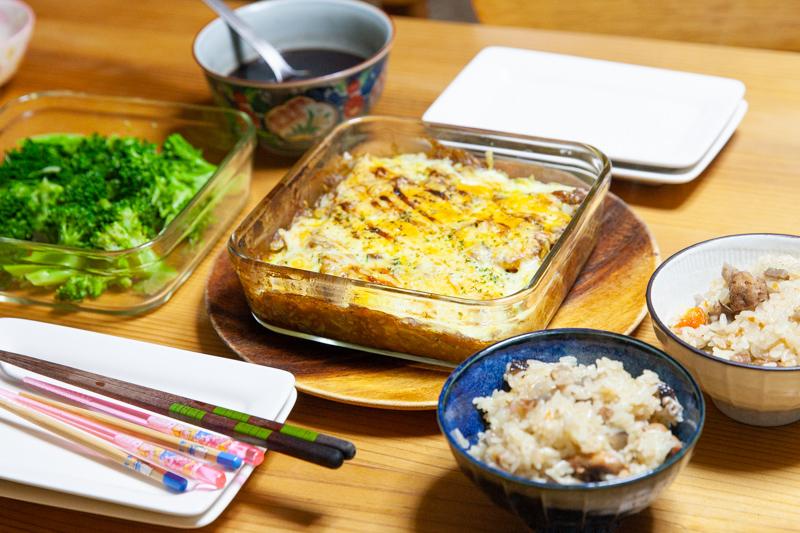 カレーグラタンと炊き込みご飯の夕食