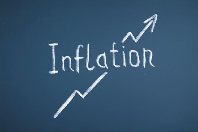 英語で「インフレーション」と書かれた黒板