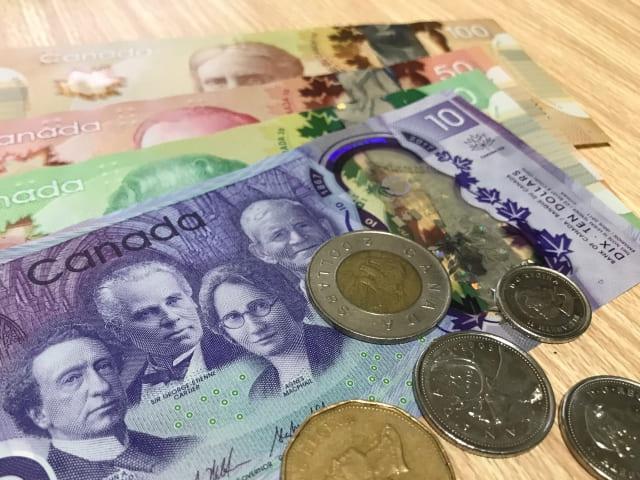 カナダドルの紙幣と硬貨
