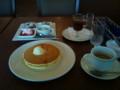[twitter] ロイホなう。パンケーキ食べ放題(^q^) ←無茶しやがってw