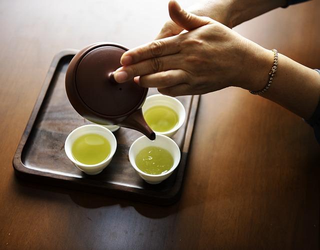 急須で緑茶を注ぐ
