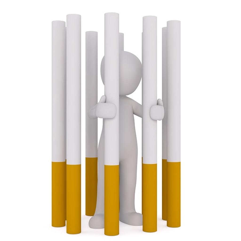 タバコの中に閉じ込められた小さい人形
