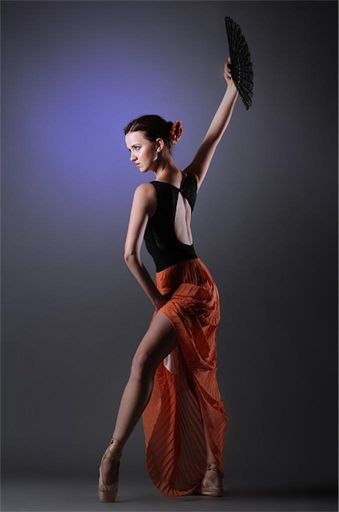 ベリーダンスを踊る女性