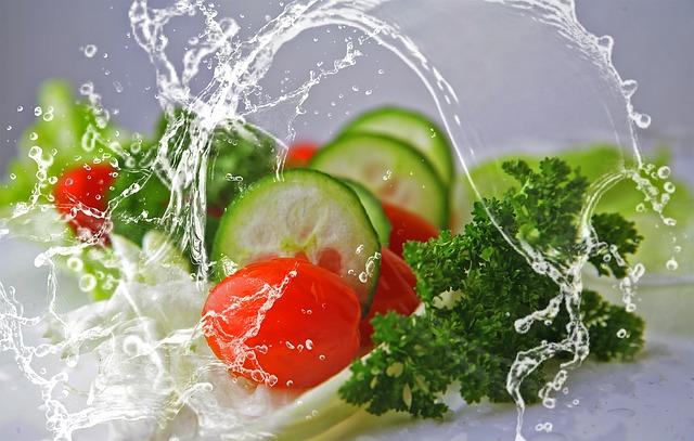 野菜が洗われている