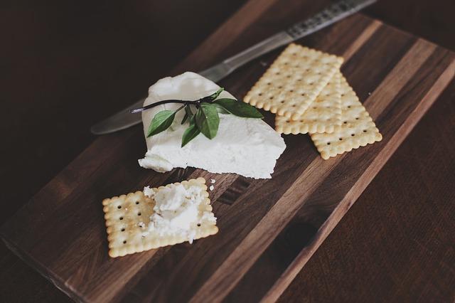 クラッカーの上にクリームチーズ