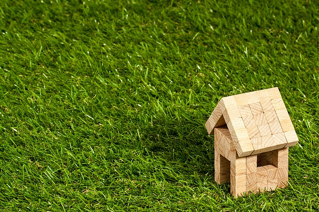 芝生の上に建つ家