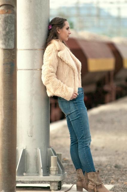補色の一例 コートとジーンズ