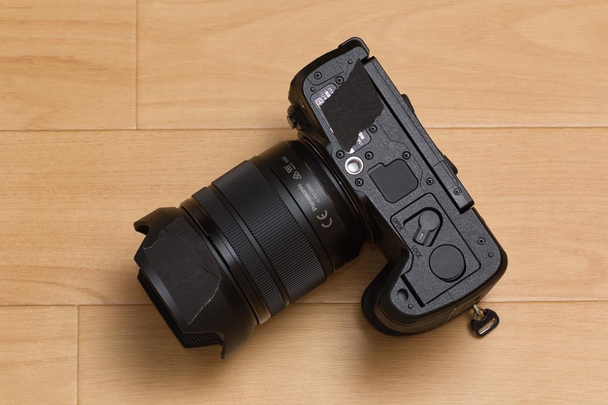 カメラボディの底をパーマセルテープで養生