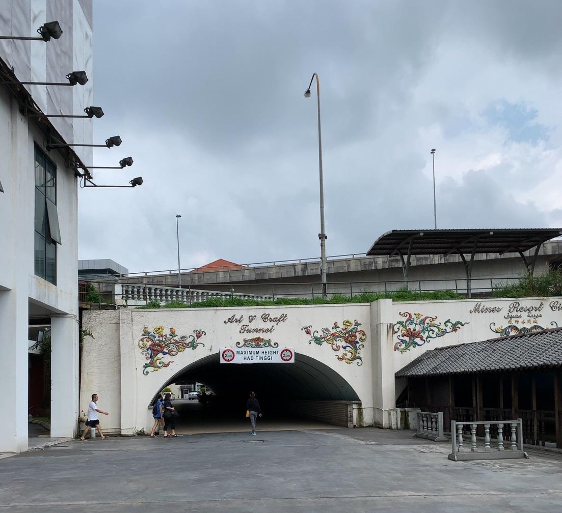 Mines Shopping Mallとコンドミニアムをつなぐトンネル。