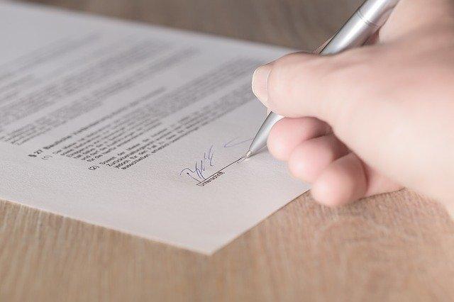 契約書にサインする写真