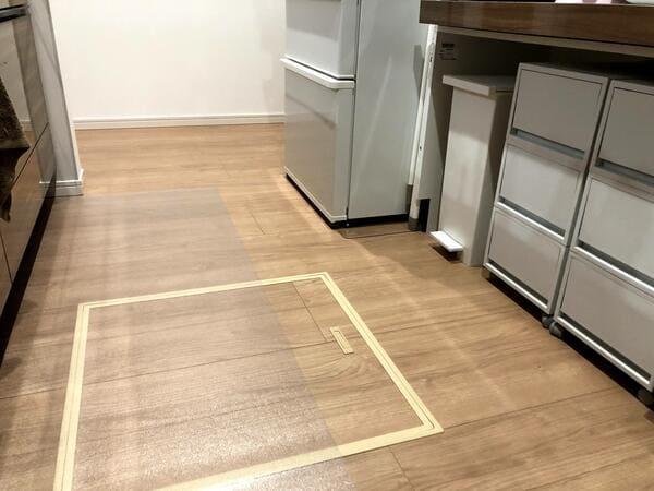 透明キッチンマットと無垢床