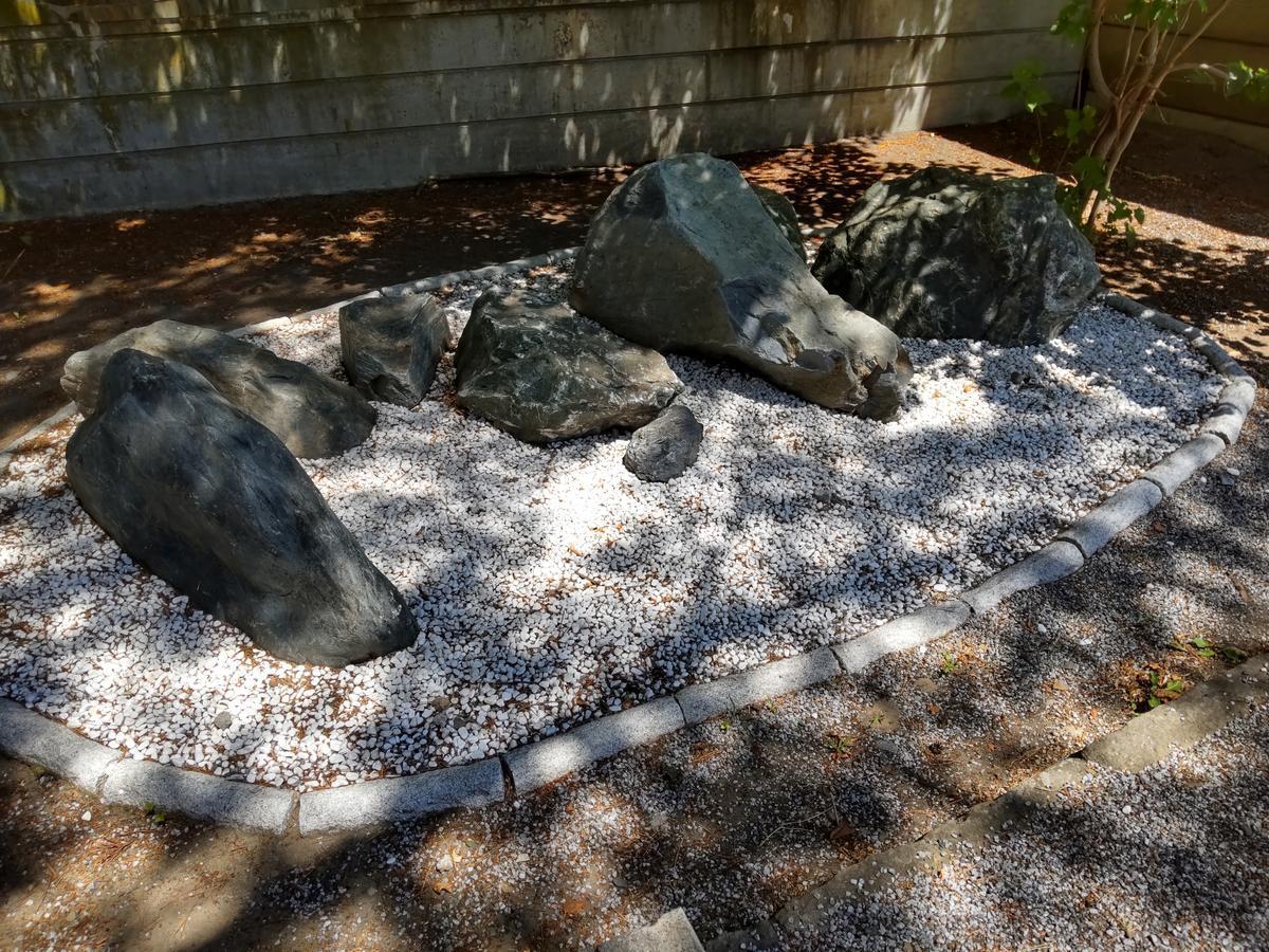神社の石も暑そうです
