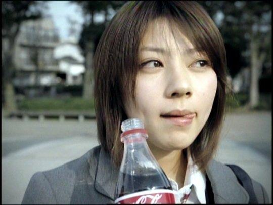舌を出す芳賀優里亜さん