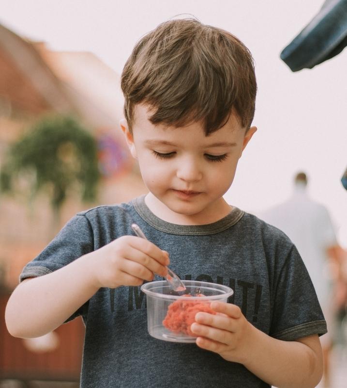 子ども アイスを食べる