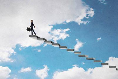 成功の階段を上っていく女性