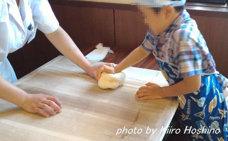 丸亀製麺、生地手ごね