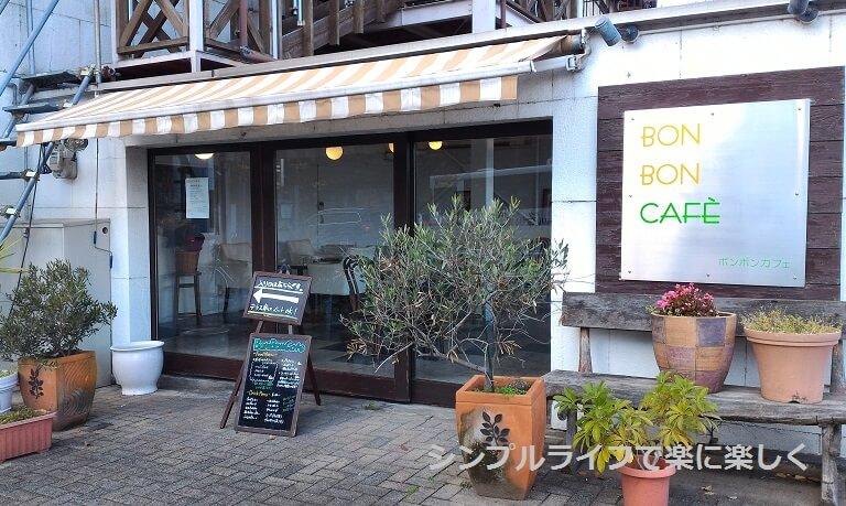 京都・ボンボンカフェ、外から見た店内斜め