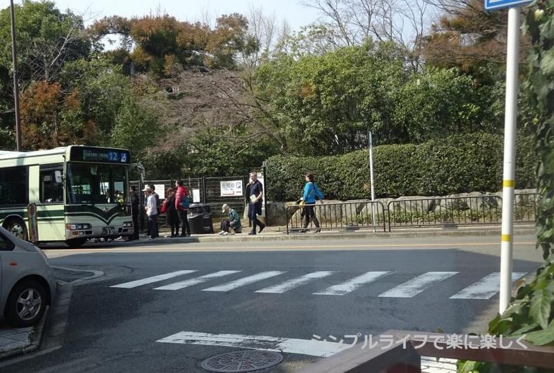 金閣寺いただき、窓席から見たバス