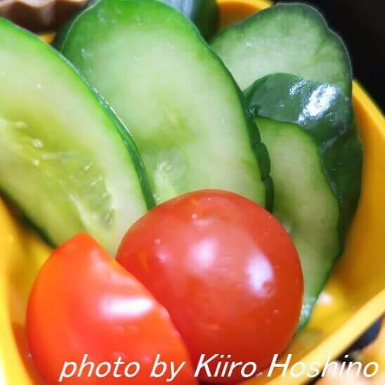 きゅうりの浅漬けとトマト