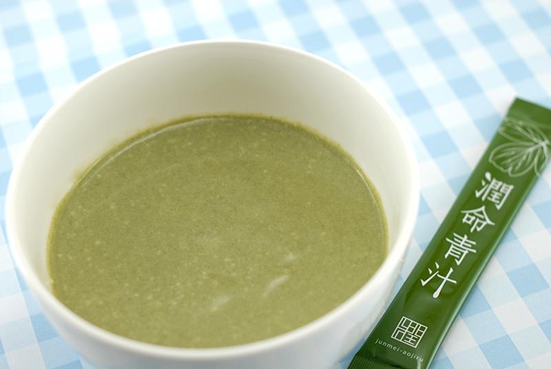 長命草(ボタンボウフウ)配合潤命青汁とヨーグルト