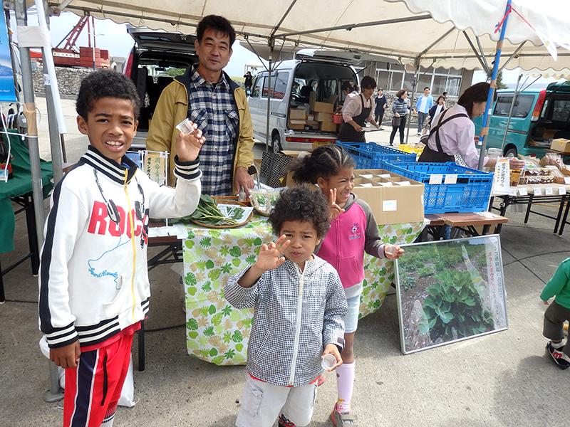 長命草(ボタンボウフウ)・桑の葉・大麦若葉配合の喜界島潤命青汁は子供たちにも大人気
