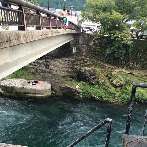 郡上八幡 飛び込み 川