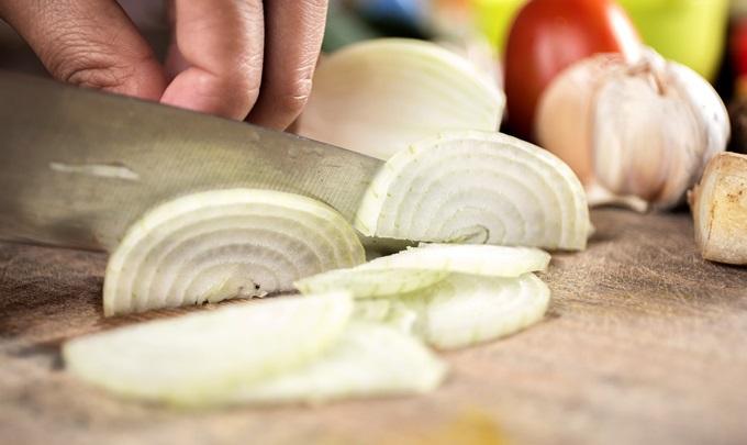 新玉ねぎの辛みを抜く時、辛みが抜けやすくなる切り方