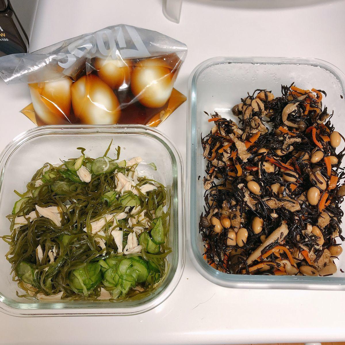左上にジッパー付き保存袋に入った味玉、左下にガラス製の保存容器に入った切り昆布ときゅうりの和え物、右にガラス製の保存容器に入ったひじきの煮物