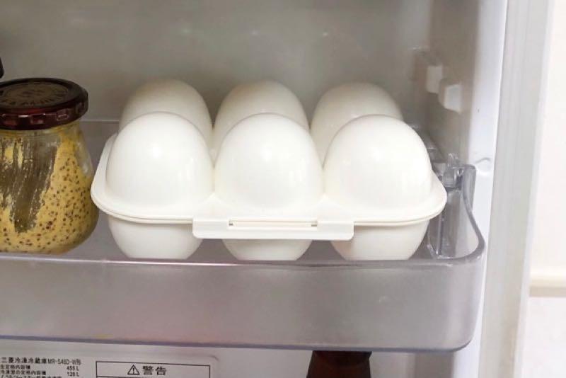 白いプラスチック製の卵入れ。6個入り。冷蔵庫の扉側の棚に収納されている。