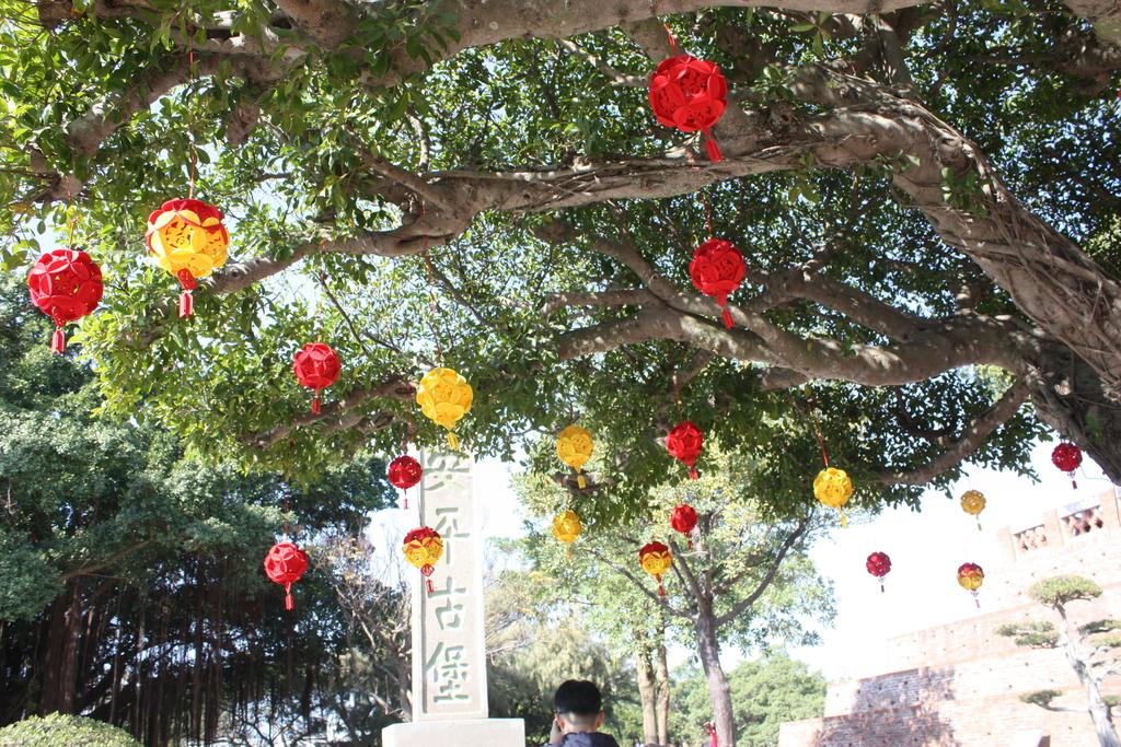 木の枝にかかる黄色と赤の飾り