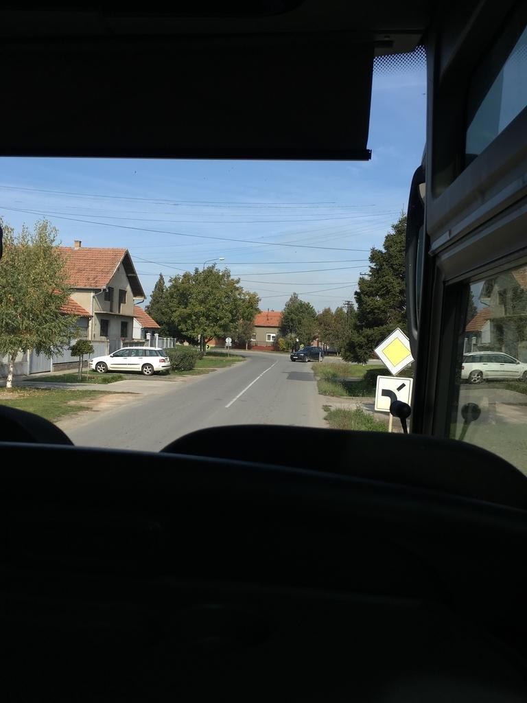 バスの前方の窓からの眺め