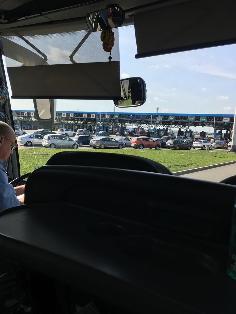 バスの車窓から見える列をなす車