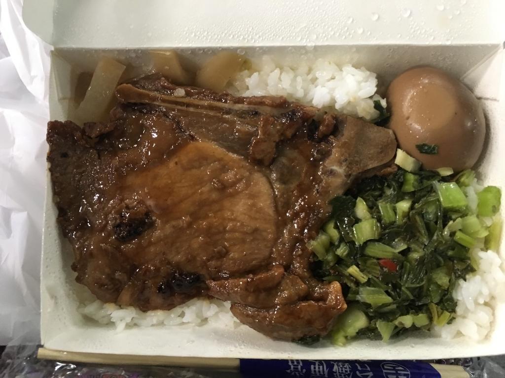 お肉や煮卵のがごはんに乗った台湾のお弁当