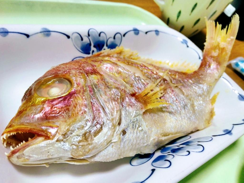 尾頭付きの鯛料理