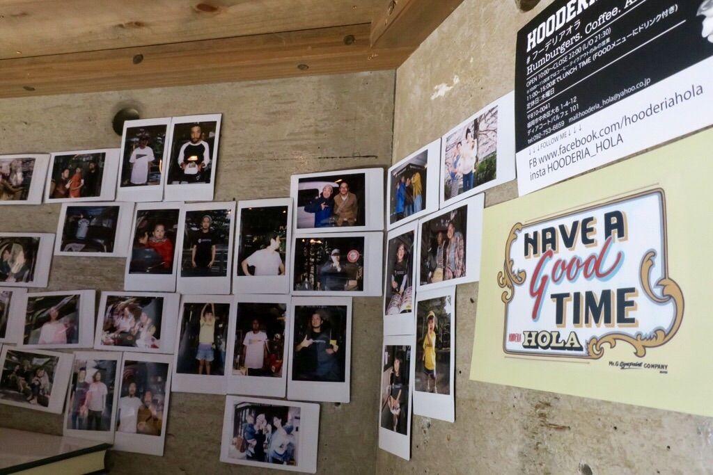 壁に貼られた写真
