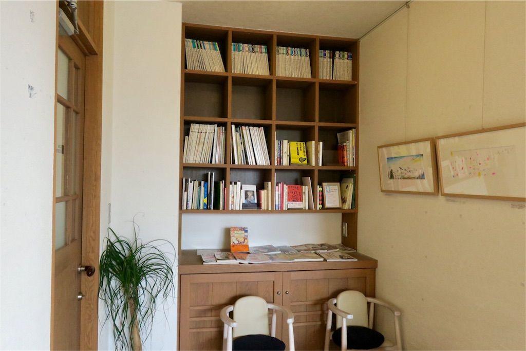 BOOKS KUBRICK(ブックスキューブリック)箱崎店 カフェの棚