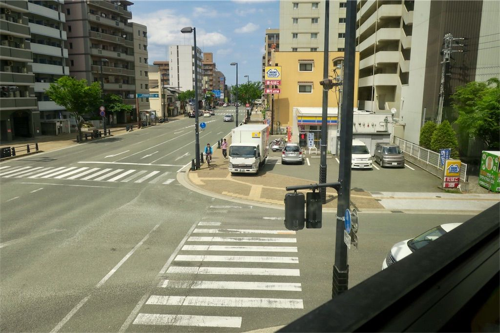 BOOKS KUBRICK(ブックスキューブリック)箱崎店 窓の外の交差点