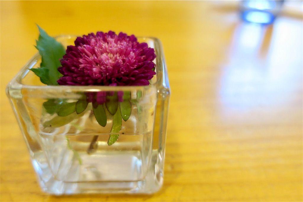 テーブルに置かれた赤い切り花
