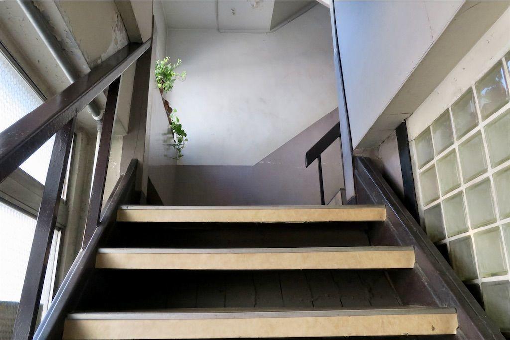 橙書店のビルの階段