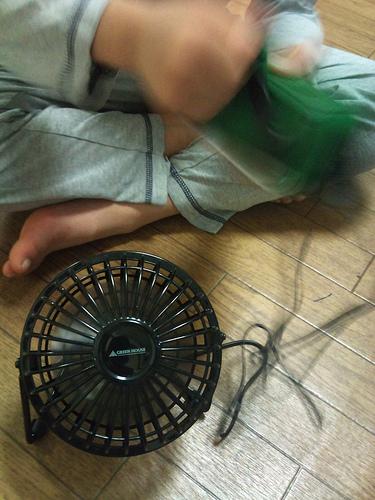携帯に充電できる手回し発電ラジオでUSB扇風機を動かす!