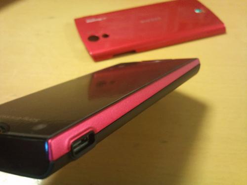 黒いバッテリーカバーをつけてみました。ピンクのラインもなかなか。