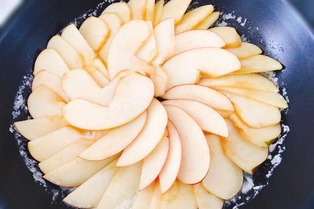 フライパンりんごケーキレシピのりんごの並べ方