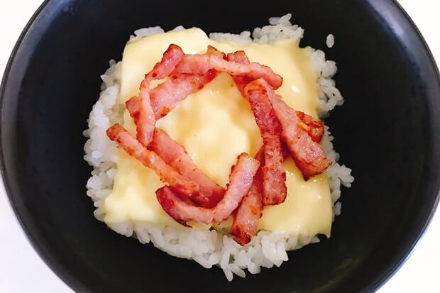 カルボナーラ卵かけご飯の盛り付け