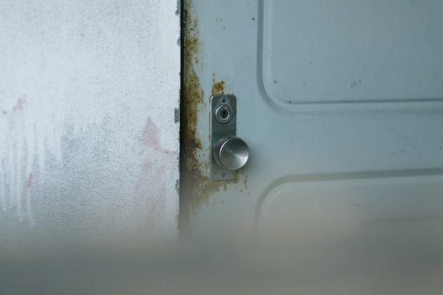 錆びついたマンションのドアの画像