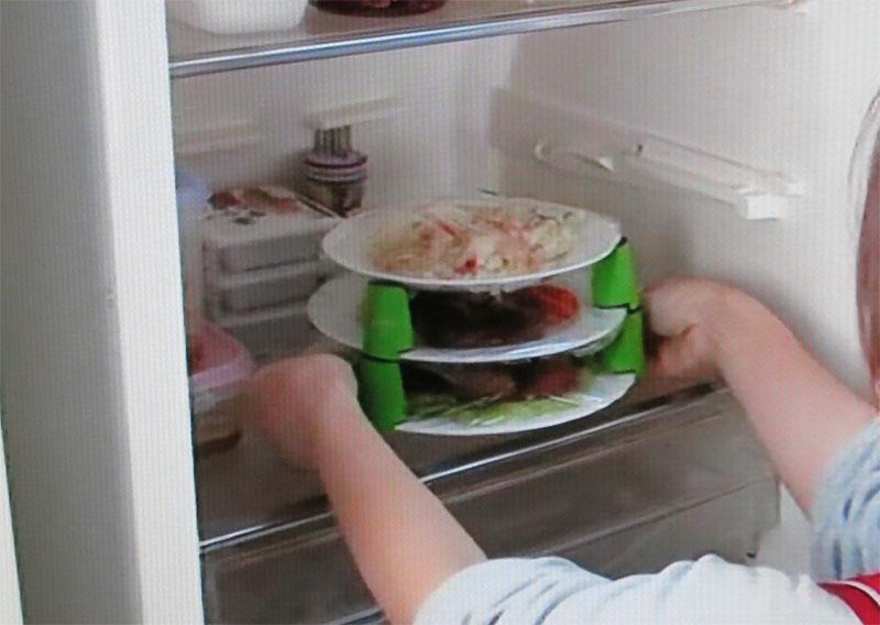 冷蔵庫に重ねて入れられる