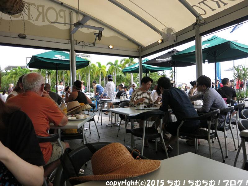 カフェで食べる人達